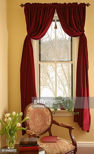 Fauteuil rouge velours photos et images de collection for Chair next to window