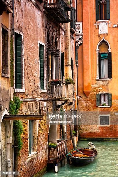 Janelas e as paredes no Grand canal em Veneza, Itália