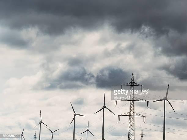 Windrad und Strommasten Gewitter dunkle Wolken