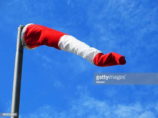 Windbag red white post gegen Himmel