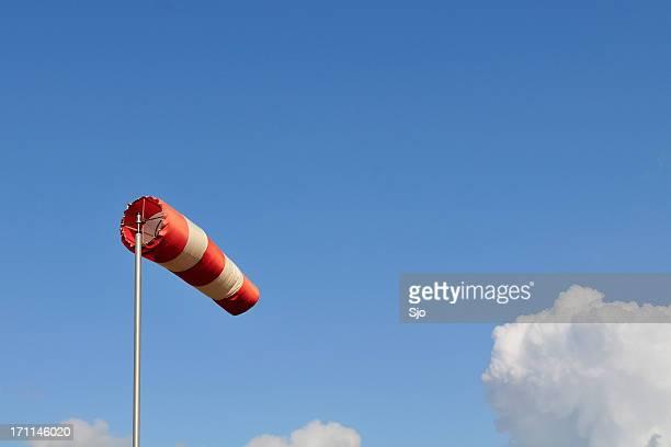 Rote und weiße Socken wind gegen einen blauen Himmel.