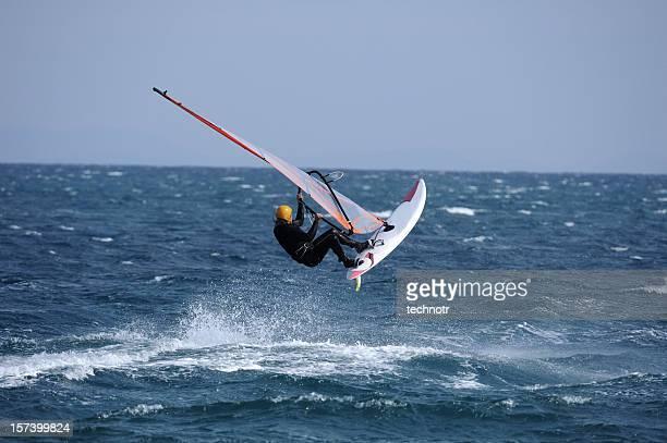 Surfista saltando