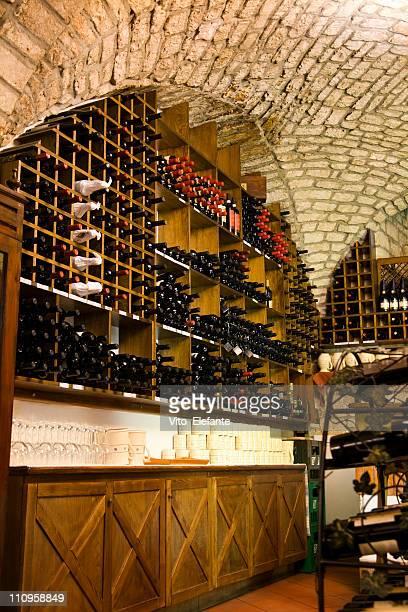 Weinflaschen in einem Weinkeller