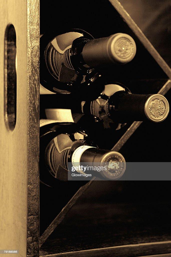 Wine bottles in a wine rack : Foto de stock