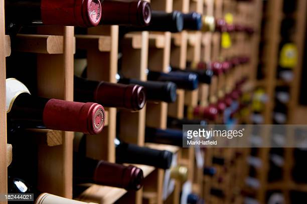 Flaschen Wein im Keller