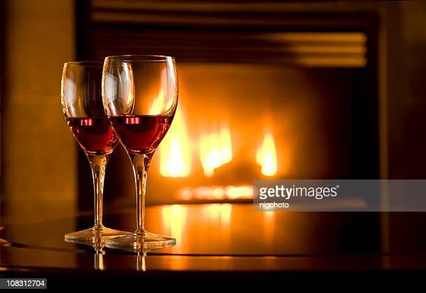 Wein-Gläser und Kamin