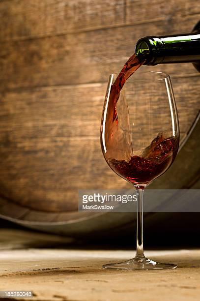 Gießen Wein im Weinkeller