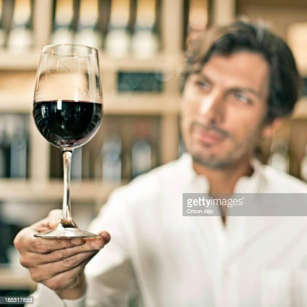 Dégustation de vins dans une cave à vins