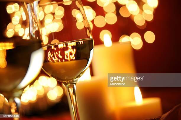 Vino con candela e luci di Natale
