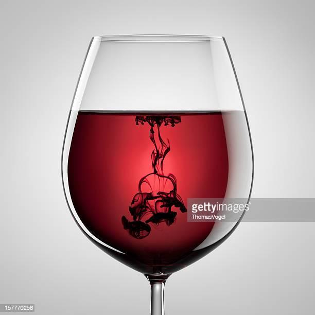 Weinglas, Flasche Rotwein und schwarzer Tinte. Abstrakte Kunst