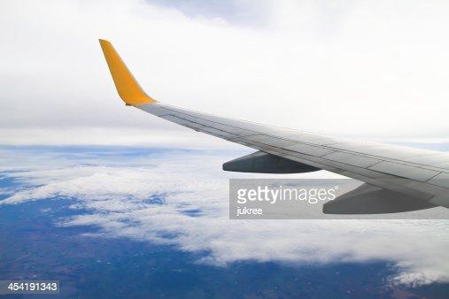 Asa de Avião no fundo do céu : Foto de stock