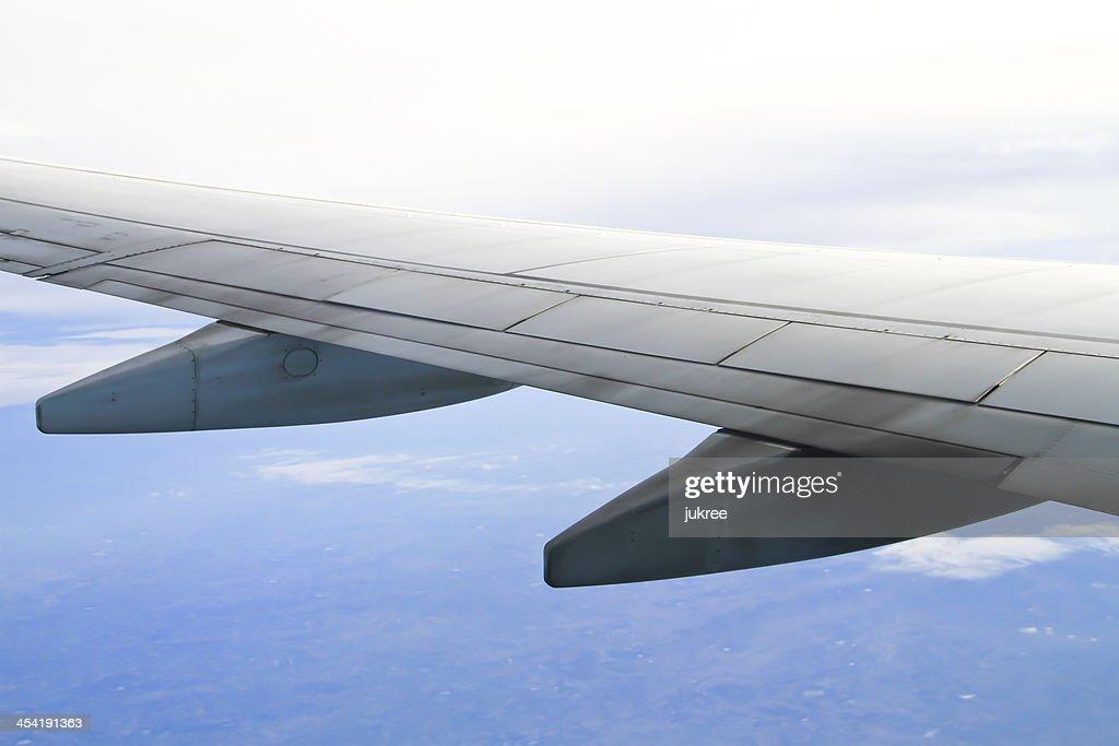 Flügel des Flugzeug am Himmel Hintergrund : Stock-Foto