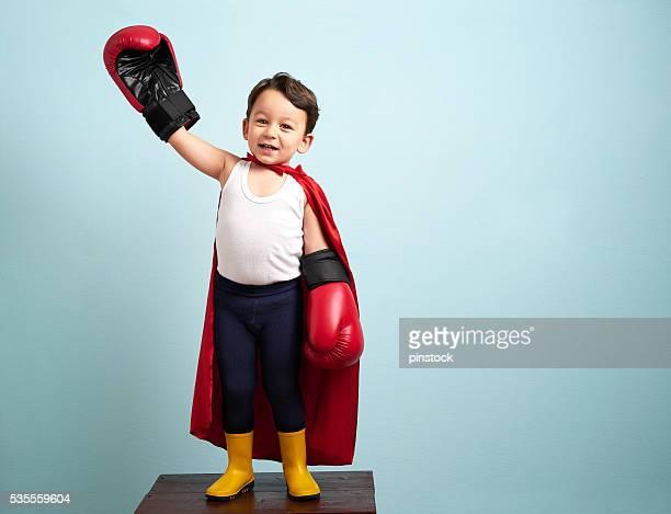 Gagnant Boxeur enfant soulevant ses mains avec la victoire