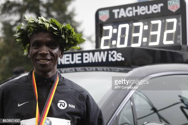 Winner Eliud Kipchoge of Kenya celebrates after the Berlin Marathon on September 24 2017 in Berlin / AFP PHOTO / MICHELE TANTUSSI