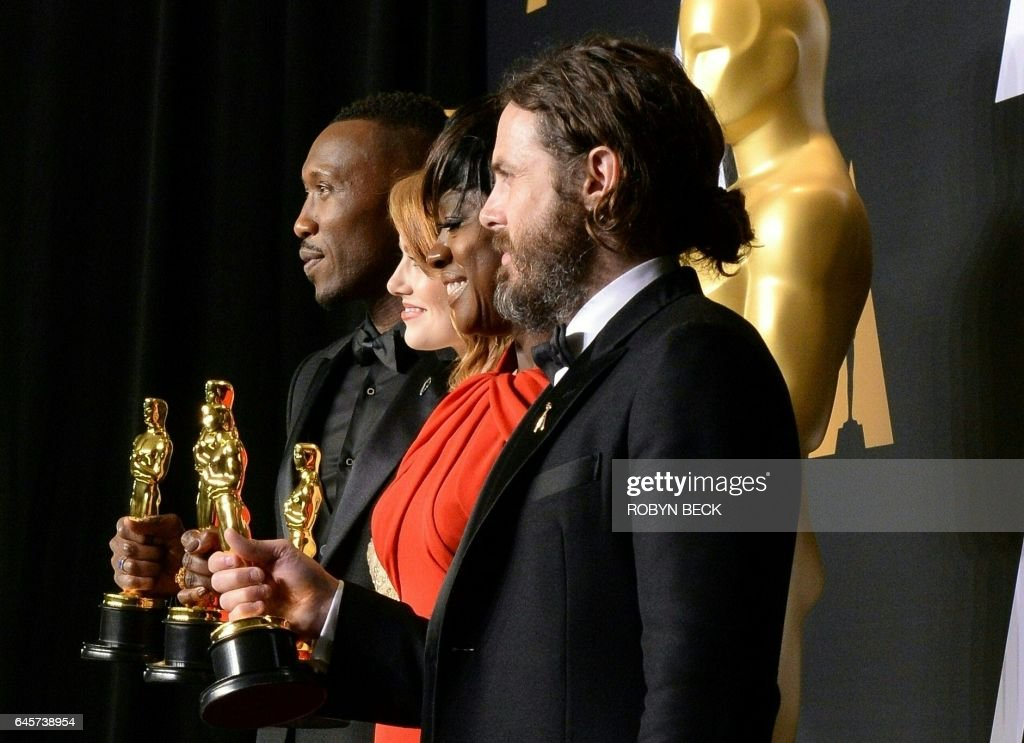 Winner for Best Supporting Actor 'Moonlight' Mahershala Ali, winner for Best Actress 'La La Land' Emma Stone, winner for Best Supporting Actress 'Fences' Viola Davis and winner for Best Actor 'Manchester By The Sea' Casey Affleck pose with their Oscar in the press room during the 89th Oscars on February 26, 2017 in Hollywood, California. / AFP / ROBYN