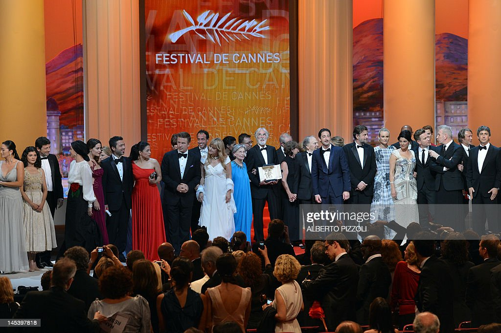 Winners and hosts stand on stage after Austrian director Michael Haneke (C) won the Palme d'Or for his film 'Amour' during the closing ceremony of the 65th Cannes film festival on May 27, 2012 in Cannes. AFP PHOTO / ALBERTO PIZZOLI