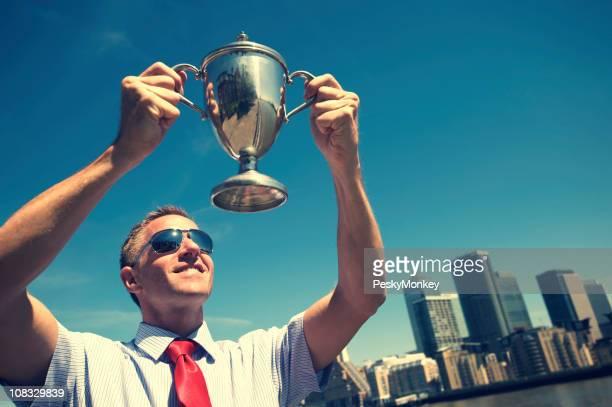 Empresario galardonado plantea Trophy al cielo, el horizonte de la ciudad