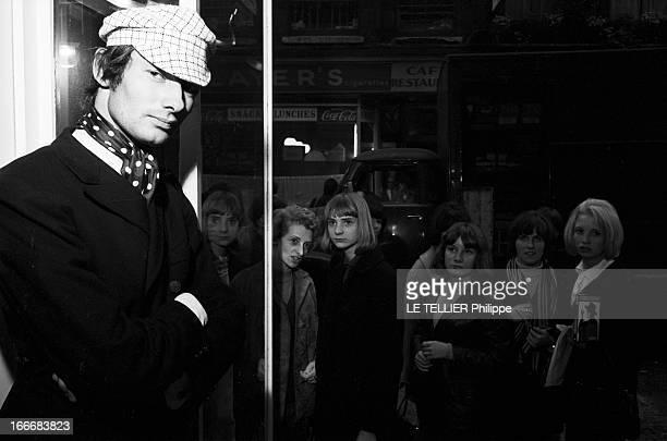 Winter 1965 Men Fashion In London En GrandeBretagne à Londres dans un magasin de mode du quartier de Carnaby un jeune homme qui fait des essayages de...