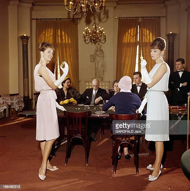 Twin Swedish Model Pia And Mia Paris février 1961 La mode présentée par les mannequins jumelles MIA et PIA robes fluide sans manches et ceinturée...