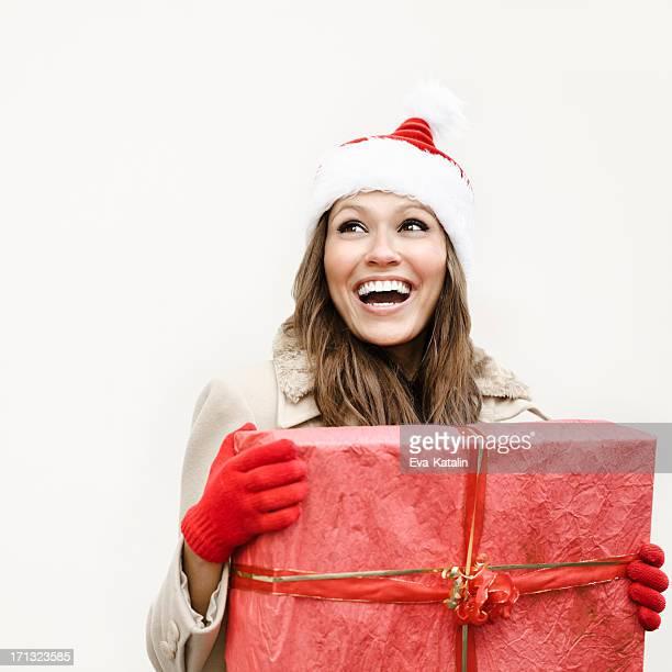 Hiver beauté tenant un cadeau de Noël