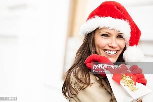 Inverno bellezza tenendo un regalo di Natale