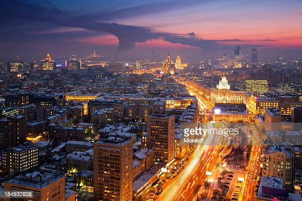 Winter-Blick auf die Stadt bei Sonnenuntergang. Luftaufnahme