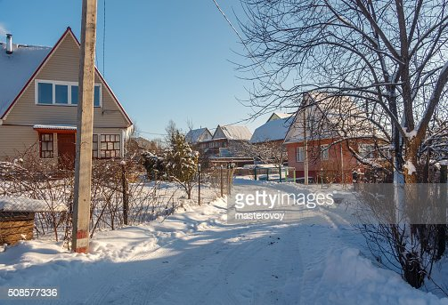 Winter country road and village : Stockfoto