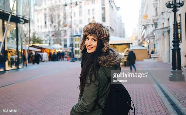 Winter Mode-Porträt einer jungen Frau in der Stadt