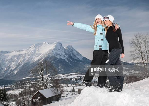 Spaß im Winter, Frau zeigt mit Textfreiraum