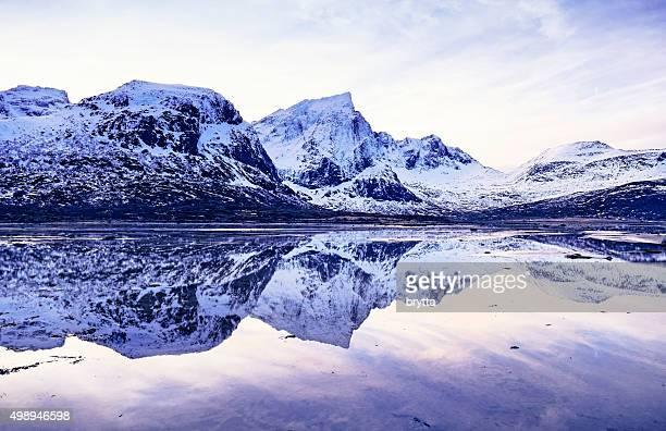Paesaggio invernale con riflessione di Svolvaer Lofoten vicino, Norvegia