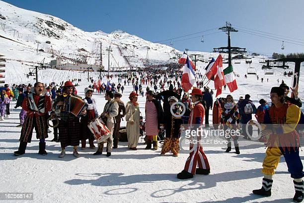 Atmoshere In The Streets A Albertville pendant les Jeux Olympiques d'Hiver 1992 des gens déguisés jouant de la musique dehors dans la neige