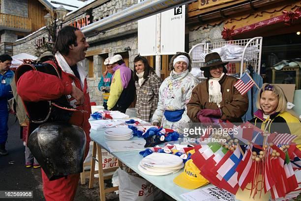 Atmoshere In The Streets A Albertville pendant les Jeux Olympiques d'Hiver 1992 dans une rue un habitant portant à l'épaule un énorme collier à...
