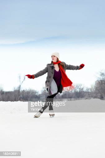 Patinage sur glace photos et images de collection getty for Patinage exterieur
