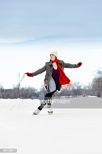 10 代の少女の冬の屋外アイススケーターだ赤のスカーフ、手袋