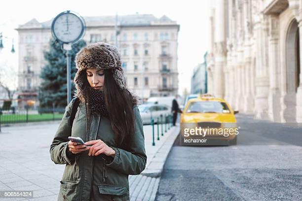 冬のポートレート女性の街までのタクシー