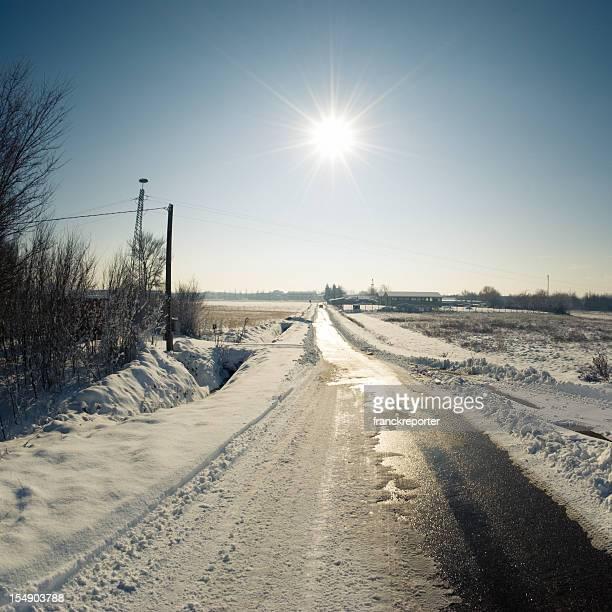 Hiver route baklit dans un milieu de la neige
