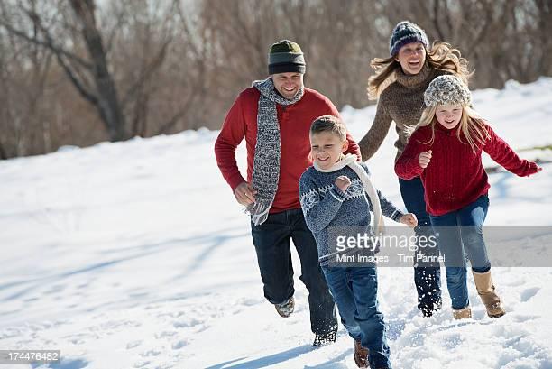 Paysage d'hiver avec la neige sur le terrain. Famille à pied
