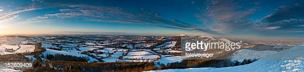 冬季の夕暮れ時のスノー Malvern 丘陵ののどかな風景のパノラマイギリス英語
