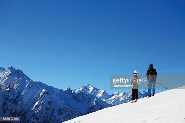sport d'hiver couple Garçon et fille adolescente les skieurs profitant de la neige
