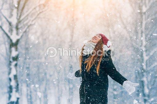Portrait de jeune femme hiver. Joyeuse beauté modèle fille rire et s amuser  dans le parc d hiver. Belle jeune femme à l extérieur. Nature jouissant,  hiver 1bb5d2646525