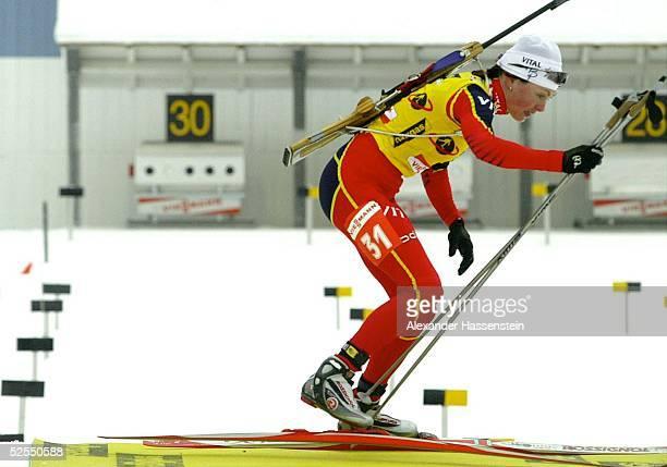 Wintersport / Biathlon WM 2004 Oberhof Einzel / Frauen Liv Grete POIREE / NOR verschiesst im ersten stehend Schiessen 4 mal und vergibt damit die...