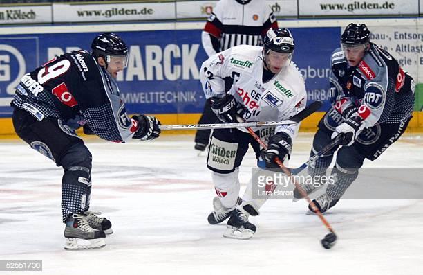 Wintersport / Eishockey DEL 03/04 Play Off Koeln Koelner Haie Frankfurt Lions Tor zum 20 durch Mirko LUEDEMANN / Haie Mike HARDER und Michael BRESAGK...
