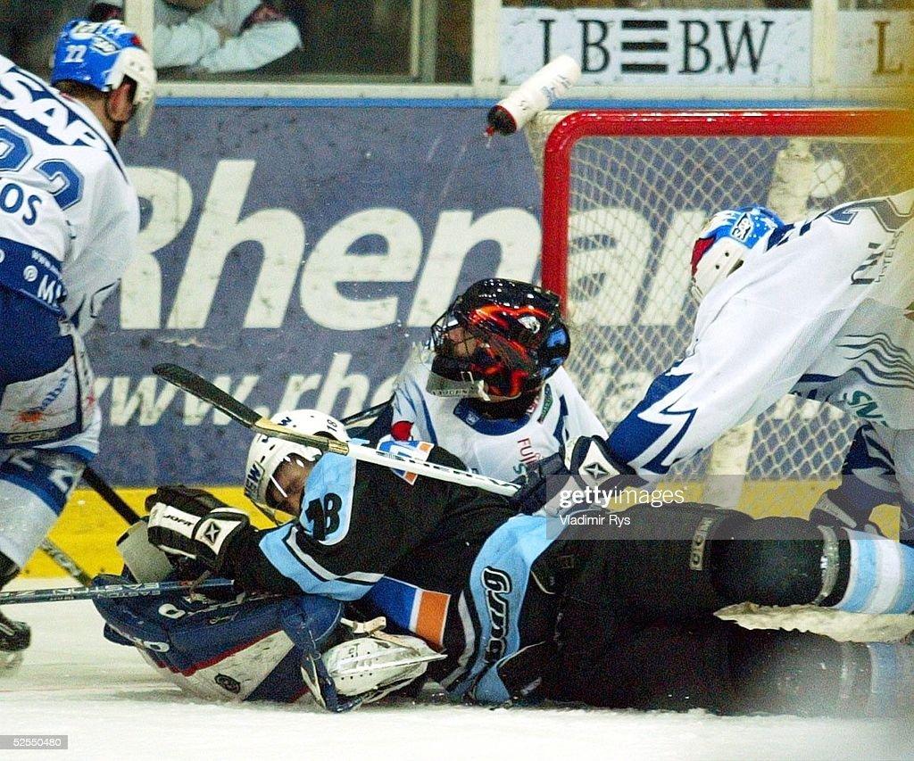 Wintersport / Eishockey DEL 03/04 Play Off Mannheim Adler Mannheim Hamburg Freezers vl Michael BAKOS Torwart Marc SELIGER / Mannheim Kent FEARNS /...