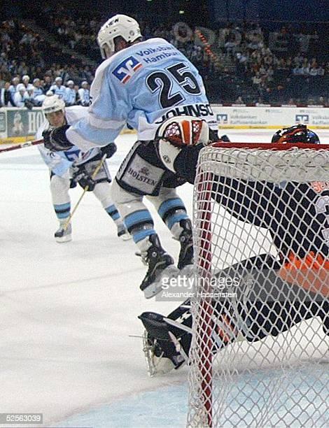 Wintersport / Eishockey DEL 04/05 Hamburg Hamburg Freezers Wolfsburg Grizzlies Shane PEACOCK / Hamburg hat geschossen sein Teamkollege Craig JOHNSON...