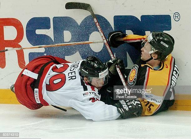 Wintersport / Eishockey WM 2004 Prag Deutschland Schweiz 01 Andreas Morczienietz / GER Beat FORSTER / SUI 040504