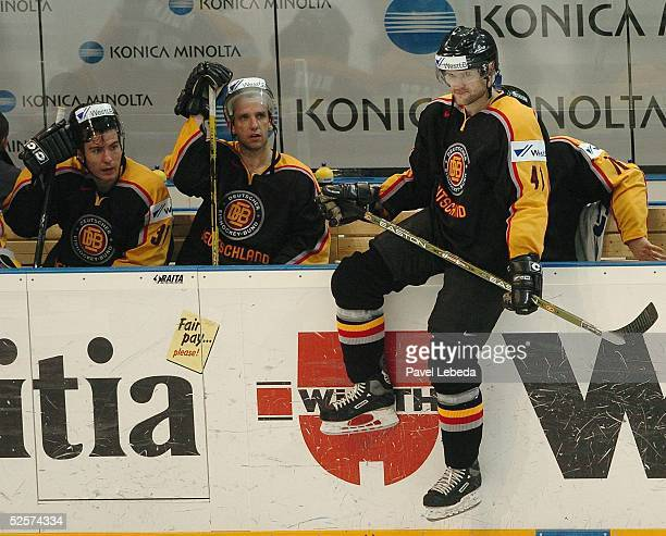 Wintersport / Eishockey WM 2004 Prag Deutschland Schweiz 01 Enttaeuschung bei Daniel Kunce Robert Leask Torwart Olaf Kolzig Andreas RENZ ueber das...
