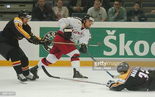 Wintersport / Eishockey WM 2004 Prag Deutschland Schweiz 01 Daniel Kunce Tomas Martinec / GER Goran Bezina / SUI 040504