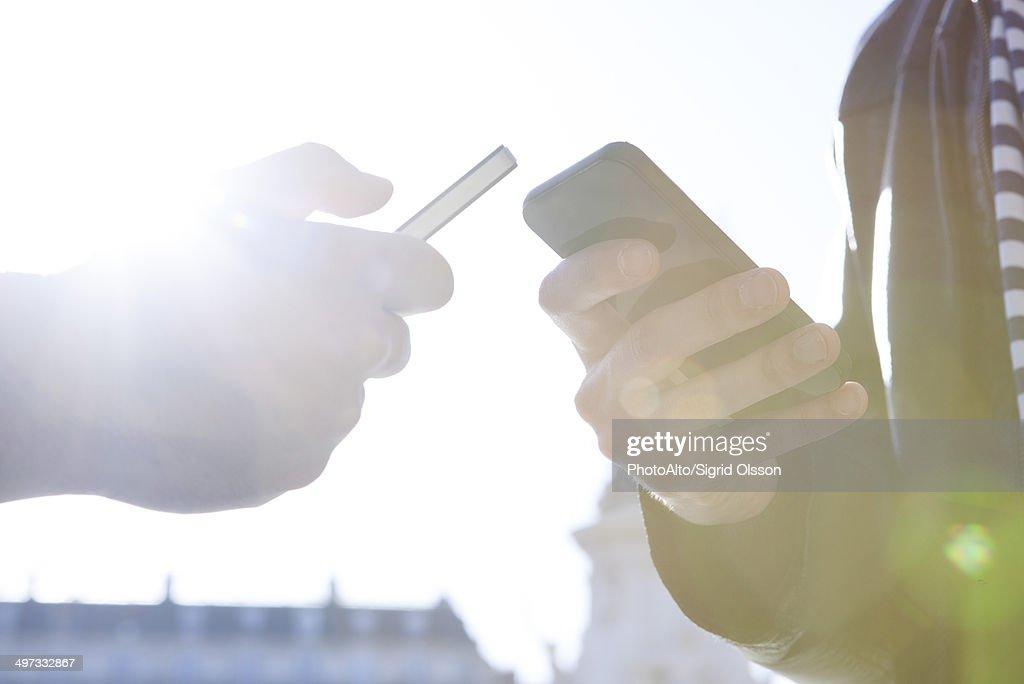 Wirelessly sharing data between smartphones