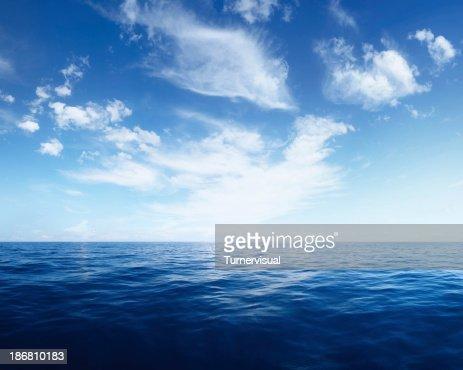 薄い雲に紺碧の海