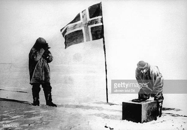 16071872 Wissenschaftler und PolarforscherNorwegenerreichte am als erster denSüdpolDas Bild zeigt zwei Begleiter vonAmundsen Olav Bjaaland und Oscar...